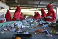 Fizyczna praca Anglia przy sortowaniu śmieci na taśmie Milton Keynes UK